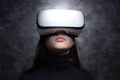Mujer joven que lleva los vidrios de la realidad virtual Imagen de archivo