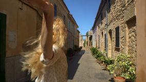 Mujer joven que lleva a un hombre a la aventura en una ciudad europea vieja almacen de video