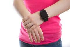 Mujer joven que lleva un reloj de Apple Imagenes de archivo