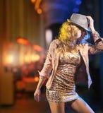 Mujer joven que lleva un sombrero de lujo Imagenes de archivo