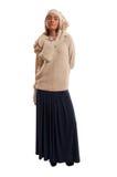 Mujer joven que lleva una blusa y una falda hechas punto de los azules marinos Imagenes de archivo