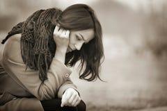 Mujer joven que llora al aire libre en Autumn Day oscuro Fotografía de archivo