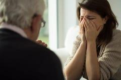 Mujer joven que llora durante terapia Fotografía de archivo