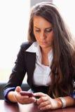 Mujer joven que marca en su smartphone Imagen de archivo libre de regalías
