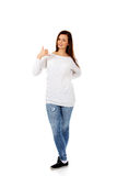 Mujer joven que me hace una llamada gesto Fotos de archivo libres de regalías