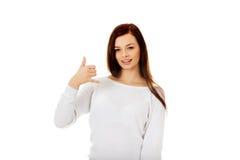 Mujer joven que me hace una llamada gesto Imagenes de archivo