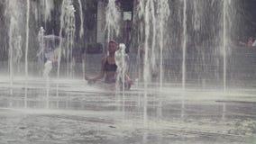 Mujer joven que medita dentro de la fuente