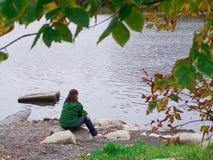 Mujer joven que medita por el río imágenes de archivo libres de regalías