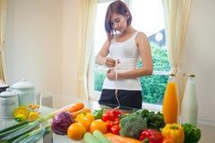 Mujer joven que mide su estómago foto de archivo libre de regalías