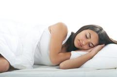 mujer joven que miente en cama Fotografía de archivo