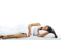 mujer joven que miente en cama Imagen de archivo