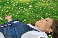 Mujer joven que miente en hierba Fotografía de archivo