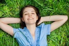 Mujer joven que miente en hierba Fotos de archivo libres de regalías