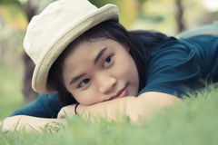 Mujer joven que miente en hierba imagen de archivo libre de regalías