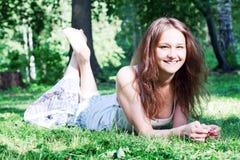 Muchacha sonriente en el parque Imágenes de archivo libres de regalías
