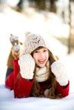 Mujer joven que miente en la nieve Imágenes de archivo libres de regalías