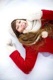 Mujer joven que miente en la nieve Fotografía de archivo