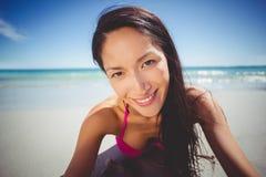 Mujer joven que miente en la playa Foto de archivo
