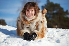 Mujer joven que miente en nieve Fotos de archivo libres de regalías