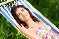 Mujer joven que miente en una hamaca Foto de archivo libre de regalías