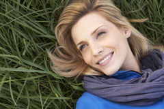Mujer joven que miente solamente en hierba Foto de archivo