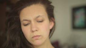 Mujer joven que mira airadamente en cámara con distorsiones de la lente almacen de video