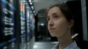 Mujer joven que mira alrededor en museo histórico moderno metrajes