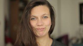 Mujer joven que mira con gusto en cámara almacen de metraje de vídeo