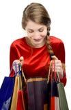 Mujer joven que mira dentro de los panieres. Fotografía de archivo libre de regalías