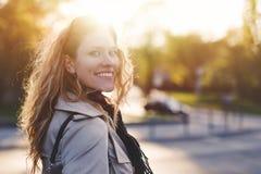 Mujer joven que mira detrás en parque Fotos de archivo