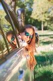 Mujer joven que mira detrás a través del coche de la ventana Imagenes de archivo