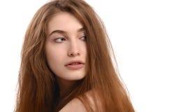 Mujer joven que mira detrás sobre su hombro. Imágenes de archivo libres de regalías