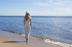 Mujer joven que mira el agua Foto de archivo libre de regalías