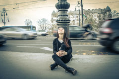 Mujer joven que mira el cielo Foto de archivo