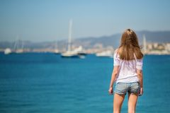 Mujer joven que mira el mar Imágenes de archivo libres de regalías