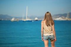 Mujer joven que mira el mar Imagen de archivo