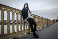 Mujer joven que mira el paisaje Imagenes de archivo