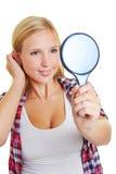 Mujer joven que mira en el espejo Foto de archivo