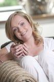 Mujer joven que mira en la cámara fotos de archivo