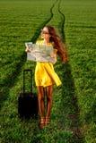 Mujer joven que mira en la pradera Fotos de archivo libres de regalías
