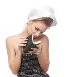 Mujer joven que mira en un cuaderno Foto de archivo libre de regalías