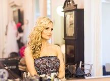 Mujer joven que mira en un espejo Fotos de archivo libres de regalías