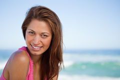 Mujer joven que mira fijamente la cámara mientras que toma el sol Imágenes de archivo libres de regalías