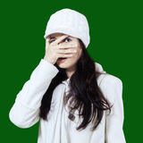 Mujer joven que mira furtivamente a través de sus fingeres Fotografía de archivo libre de regalías