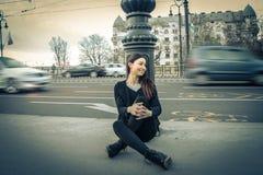 Mujer joven que mira la calle Fotos de archivo libres de regalías