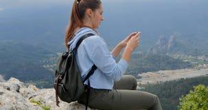 Mujer joven que mira la ciudad abajo almacen de video