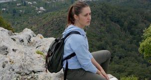 Mujer joven que mira la ciudad abajo metrajes
