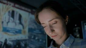 Mujer joven que mira la exhibici?n interactiva en museo hist?rico de las multimedias almacen de metraje de vídeo