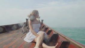 Mujer joven que mira la isla del destino y que se relaja en el barco de madera Viaje en Tailandia, las vacaciones de verano y al  metrajes