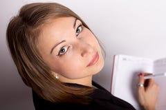 Mujer joven que mira la opinión superior de la tableta Fotos de archivo